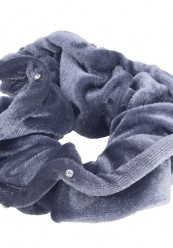 Grå velour scrunchie med simili sten
