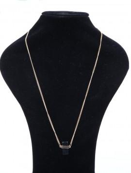 enkelt halskæde med sort vedhæng.