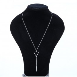 halskæde i sølvlook med vedhæng.