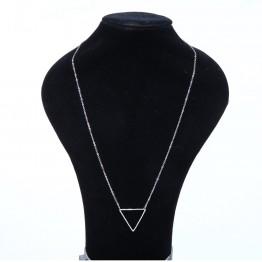 Enkel halskæde med trekant vedhæng.