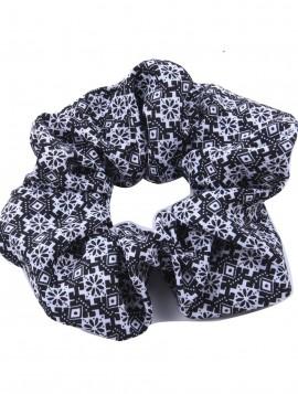 scrunchie i sort med hvid mønster.