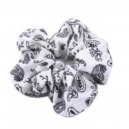scrunchie i hvid med sort mønster