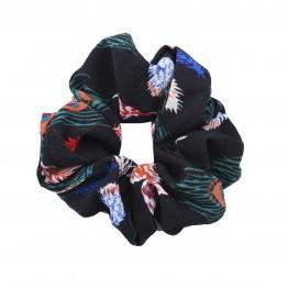 scrunchie i sort med påfugle mønster.