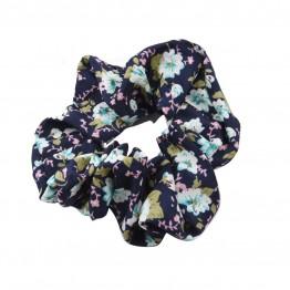 scrunchie i marine blå med flotte blomster.