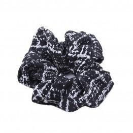 Image of   scrunchie i sort med hvid mønster.