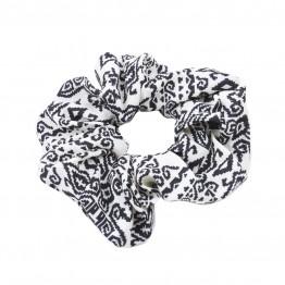 scrunchie i hvid med sort mønster.
