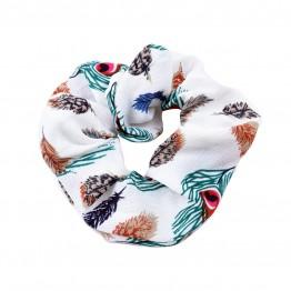 Scrunchie i hvid med påfugle mønster.