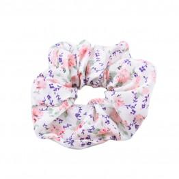 scrunchie i hvid med blomster mønster.