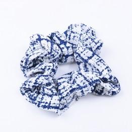 scrunchie i hvid med marineblå mønster.