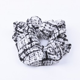 scrunchie i hvid med sort print.