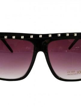 Sorte solbriller med nitter for oven.
