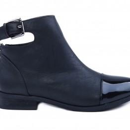Lækker støvle med med lak snude og smart effekt ved skaftet.