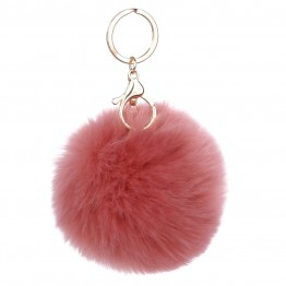Keyhanger i rosa pelslook.