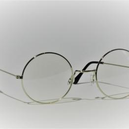 Rund brille med klart glas og stel i sølvlook.