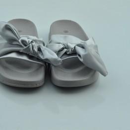 Satin sandal i grå satin med sløjfe.