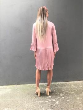 Rosa plisseret kjole i satin