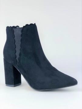 Støvle med spids snude og chunky hæl.
