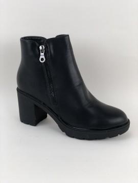 Støvle med lynlås og robust sål.