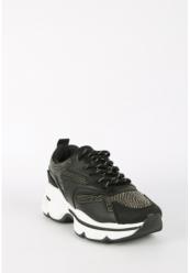 Sneakers med nitter