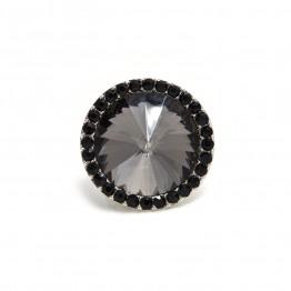 Sølvring med mørk sten og små sorte sten